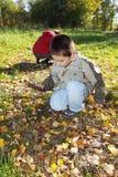 Muchachos que juegan al aire libre Foto de archivo libre de regalías