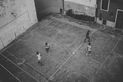 muchachos que juegan al balompié Imagen de archivo libre de regalías