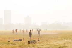 Muchachos que juegan al fútbol, Kolkata, la India foto de archivo libre de regalías