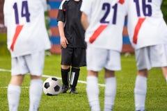 Muchachos que juegan al partido de fútbol del fútbol Entrenamiento del tiro libre Foto de archivo libre de regalías