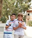 Muchachos que juegan a béisbol. Foto de archivo