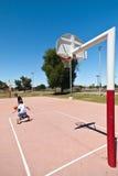Muchachos que juegan a baloncesto Foto de archivo libre de regalías