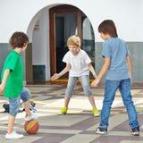 Muchachos que juegan con la bola encendido Fotografía de archivo libre de regalías