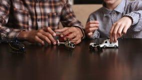 Muchachos que juegan con los coches del juguete almacen de video