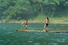 Muchachos que juegan en balsa tropical Foto de archivo