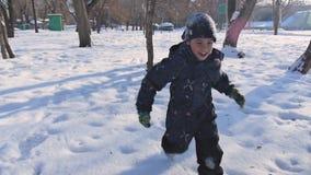 Muchachos que juegan en el bosque en puesta del sol del invierno almacen de metraje de vídeo