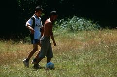 Muchachos que juegan en Kosovo Imagen de archivo libre de regalías