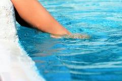 Muchachos que juegan en la piscina Foto de archivo libre de regalías
