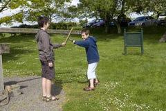 Muchachos que juegan en parque Imagen de archivo libre de regalías