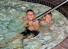 Muchachos que juegan en piscina Fotos de archivo libres de regalías