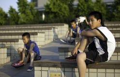 Muchachos que juegan en un parque Fotos de archivo