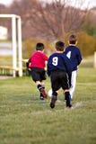 Muchachos que juegan a fútbol Foto de archivo libre de regalías