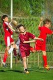Muchachos que juegan a fútbol Imagenes de archivo