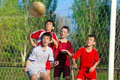 Muchachos que juegan a fútbol Foto de archivo