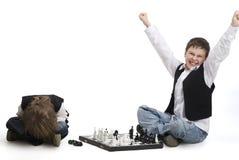Muchachos que juegan a un ajedrez. Imagen de archivo