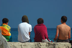 Muchachos que miran el océano Imagen de archivo libre de regalías