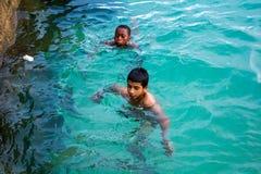 Muchachos que nadan Imagen de archivo libre de regalías
