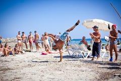 Muchachos que practican Capoeira en Ibiza B foto de archivo