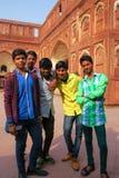 Muchachos que se colocan en el patio de Jahangiri Mahal en el fuerte de Agra, Imagenes de archivo