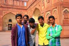 Muchachos que se colocan en el patio de Jahangiri Mahal en el fuerte de Agra, Fotografía de archivo libre de regalías