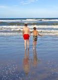 Muchachos que se divierten en la playa Imagen de archivo libre de regalías