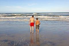 Muchachos que se divierten en la playa Fotos de archivo