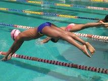Muchachos que se zambullen en piscina Fotos de archivo