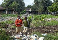 Muchachos tanzanos en basura Foto de archivo