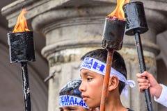Muchachos y antorchas patrióticos, Día de la Independencia, Antigua, Guatemala Fotos de archivo libres de regalías