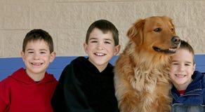 Muchachos y el perro Imagen de archivo libre de regalías