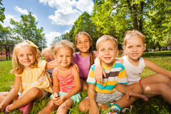 Muchachos y muchachas 3-5 años en el césped Imagenes de archivo