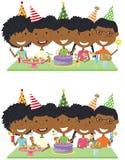 Muchachos y muchachas afroamericanos jovenes abrazo de la belleza, celebrando el co Foto de archivo libre de regalías
