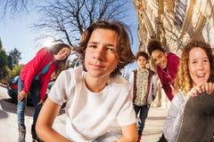 Muchachos y muchachas con el monopatín o rollerblades Fotos de archivo