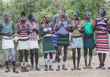 Muchachos y muchachas en la ceremonia evangaty tradicional Turmi, Etiopía Imagen de archivo libre de regalías