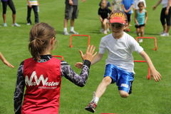 Muchachos y muchachas en la corrida de la diversión fotografía de archivo libre de regalías