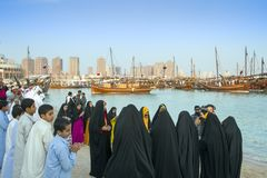 muchachos y muchachas en los vestidos tradicionales de Qatari fotos de archivo