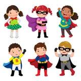 Muchachos y muchachas en trajes del super héroe en el fondo blanco