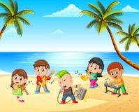 Muchachos y muchachas que juegan en banda en la playa imágenes de archivo libres de regalías