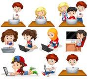 Muchachos y muchachas que trabajan en el ordenador libre illustration