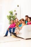 Muchachos y muchachas sonrientes felices junto Imagenes de archivo