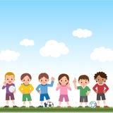 Muchachos y muchachas y balones de fútbol Imagen de archivo libre de regalías