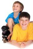 Muchachos y pequeño perro Foto de archivo libre de regalías