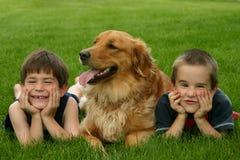 Muchachos y perro Imagen de archivo