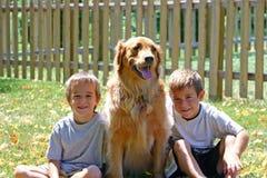 Muchachos y perro Imágenes de archivo libres de regalías
