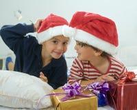 Muchachos y presentes Foto de archivo libre de regalías