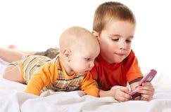 Muchachos y teléfono Fotos de archivo libres de regalías