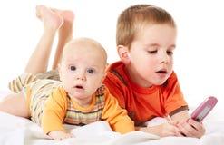 Muchachos y teléfono Foto de archivo libre de regalías