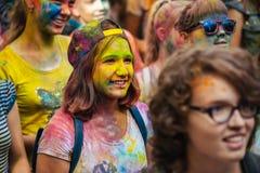 Muchas adolescencias en el fest del holi Imagen de archivo
