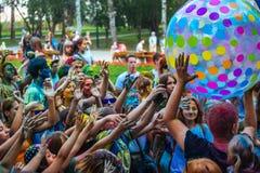 Muchas adolescencias en el fest del holi Foto de archivo libre de regalías