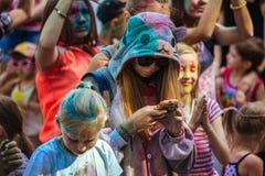 Muchas adolescencias en el fest del holi Fotografía de archivo libre de regalías